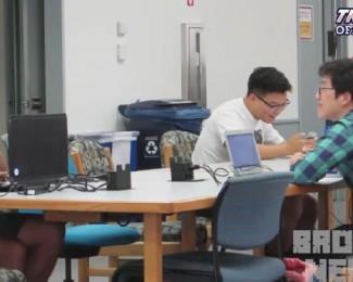 man kijkt porno in een bibliotheek