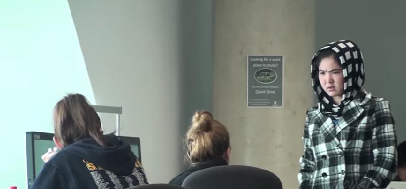 oma kijkt in het openbaar porno